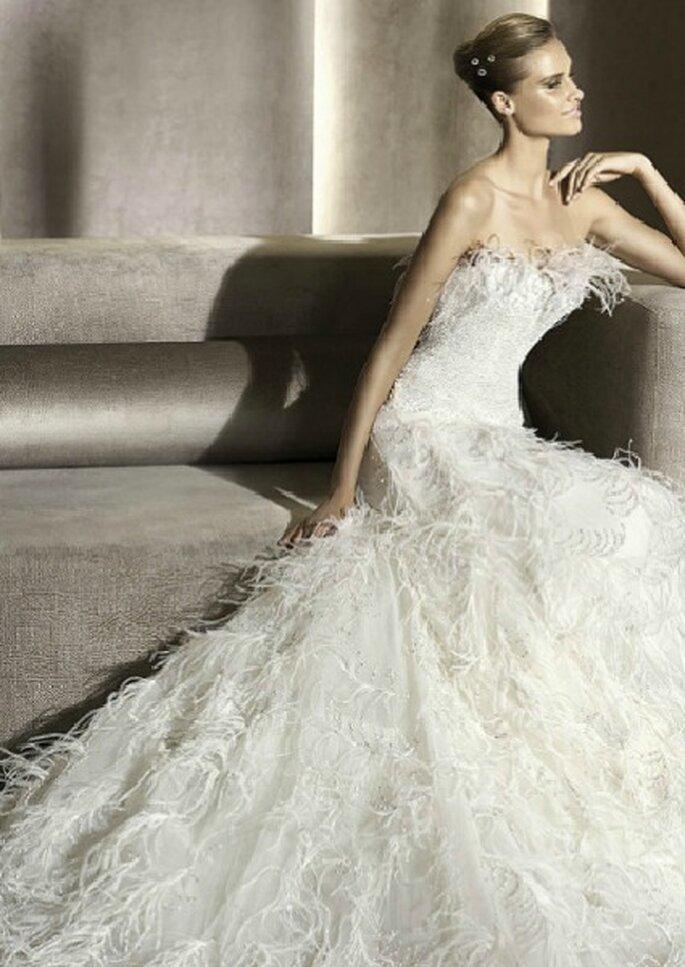 Vestido de novia con falda de plumas, de Pronovias 2012. Foto: Pronovias