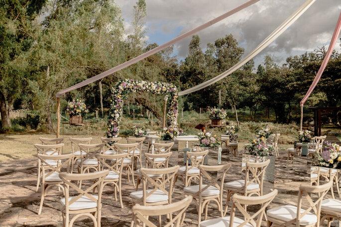Decoración de boda con arco de flores
