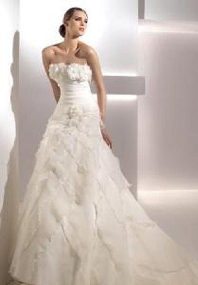 Pronovias 2010 - Galaxia, vestido largo corte princesa, organza en la falda, escote palabra de honor con detalle plumífero