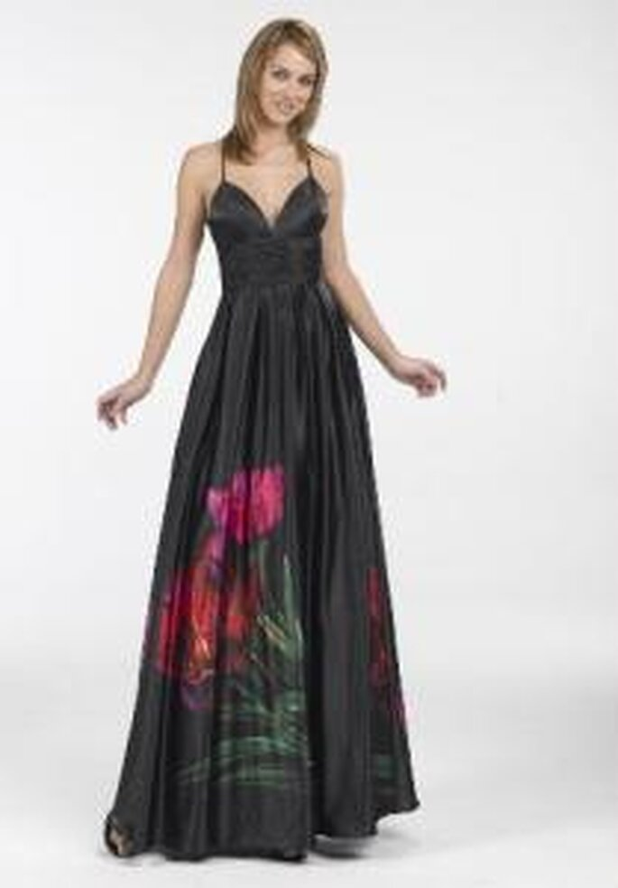 Novissima 2009 - Vestido largo negro sencillo, de escote en V. Detalle floral en la falda