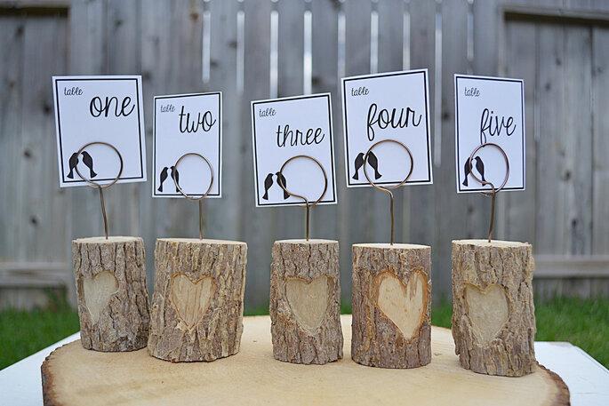 witzige Idee für die Tischnummern der Hochzeitstafel zum Selbermachen - Foto: Etsy.com EndsOfTheEarthDesign