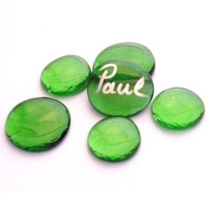 Des galets de couleur verte comme marque-place : grand chic