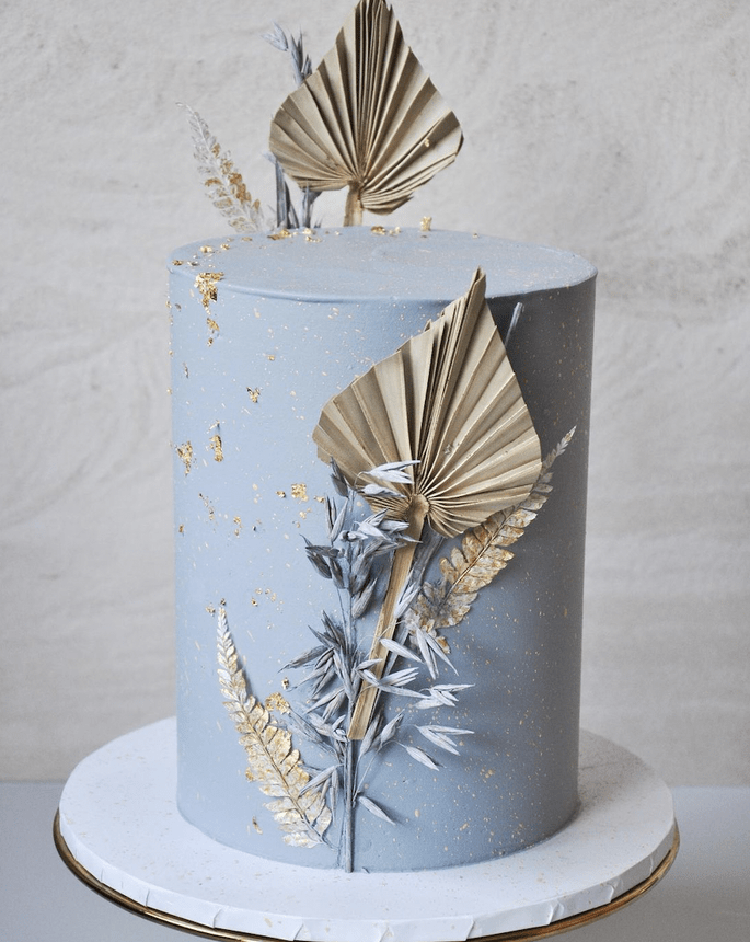Hochzeitstorte in hellblau modern elegant Boho Chic mit getrockneten Palmen als Dekoration