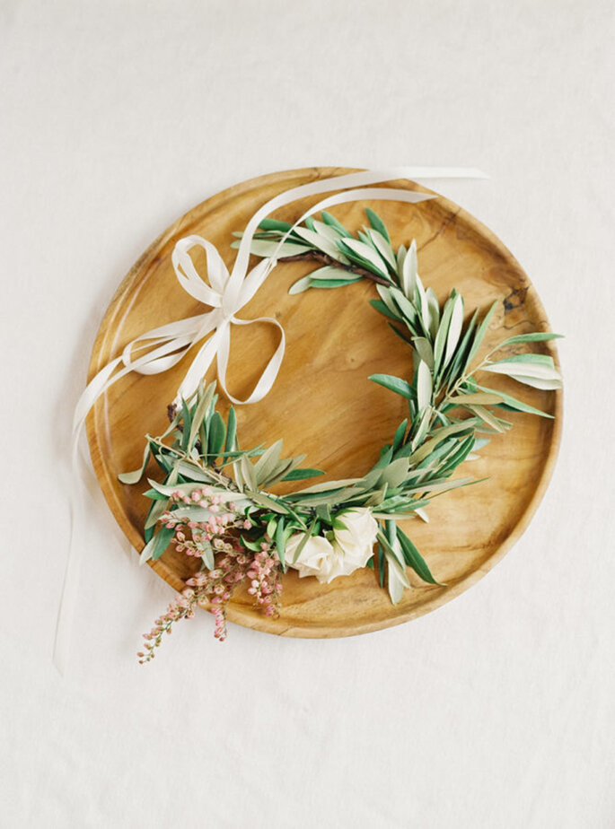 Tocado para novia con flores naturales y cinta blanca