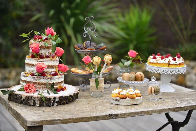 Un buffet champêtre de dessert pour un mariage champêtre ou rustique