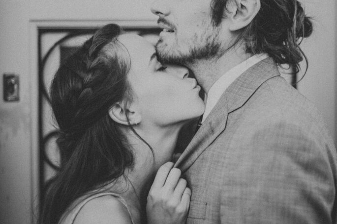 novia besando en el cuello a novio