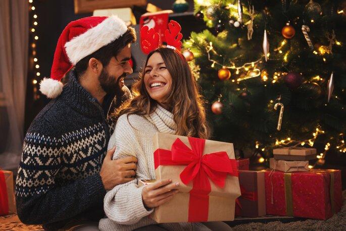 Paar unter dem Weihnachtsbaum