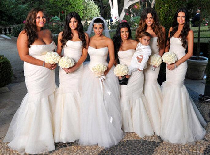 Kim Kardashian con sus damas de honor vestidas de blanco - Foto: ENews