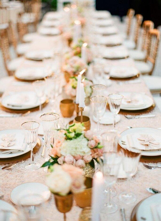 L'Eveil des Papilles - tables dressée dans les tons roses pastels avec des fleurs et des bougies
