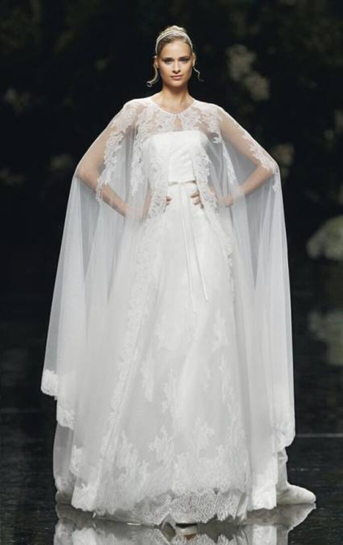 Vestido con capa larga de Pronovias 2013