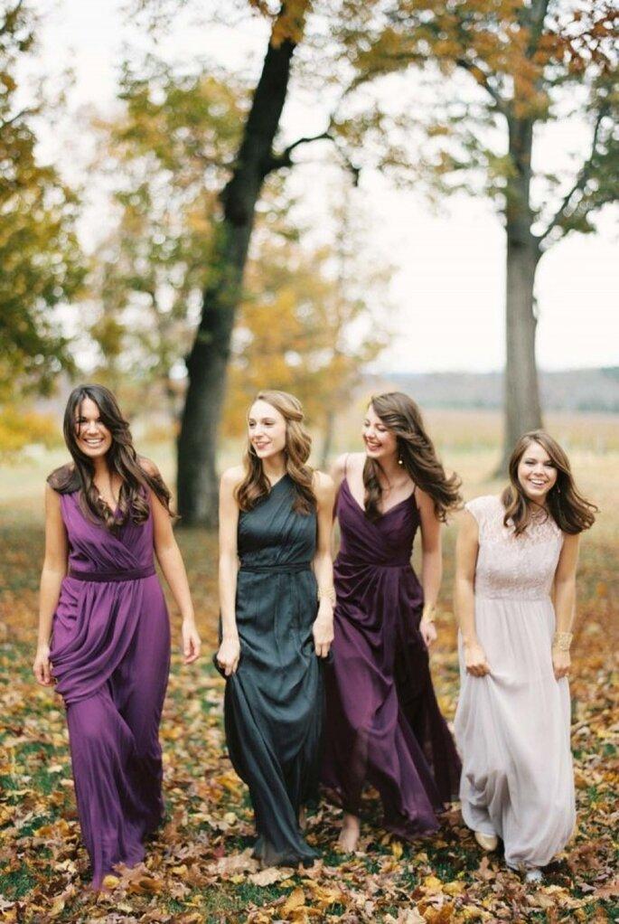 Los vestidos desiguales para tus damas de boda serán todo un statement de moda - Foto Elisa Bricker