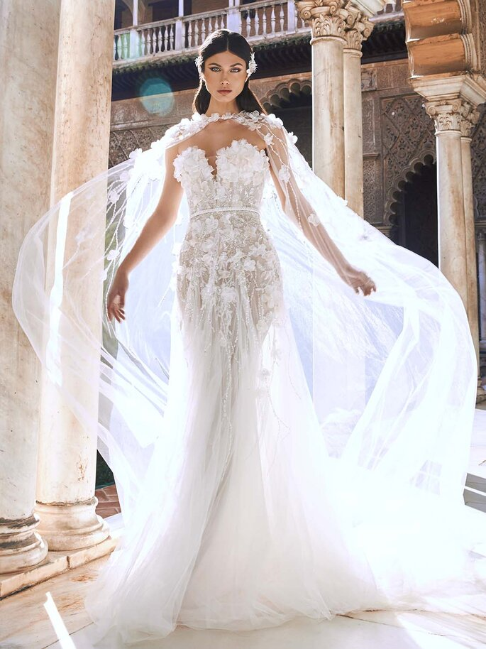 Robe de mariée tout en transparence avec une cape