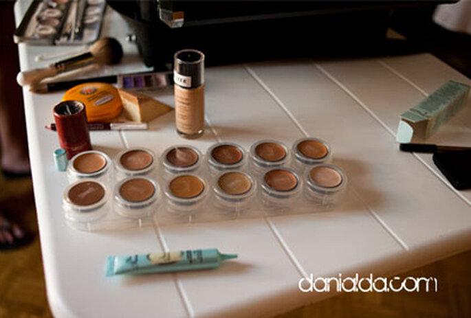 La base, ovvero l'applicazione di una sostanza cremosa che trattenga la polvere dell'ombretto, è fondamentale per la buona riuscita del make up. Foto: Dani Alda
