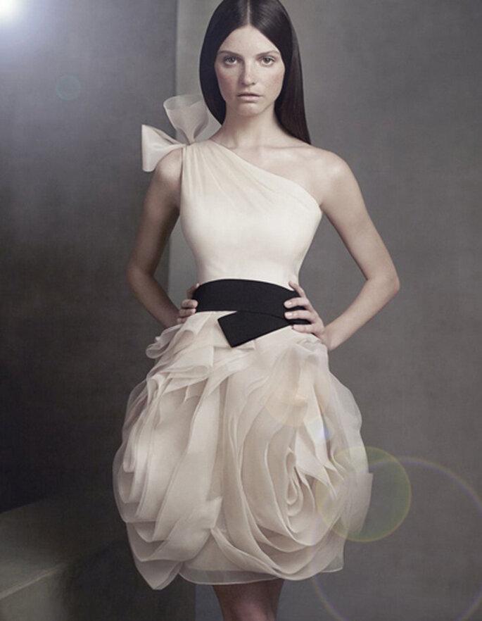 White por la Colección de vestidos para damas de honor de Vera Wang.