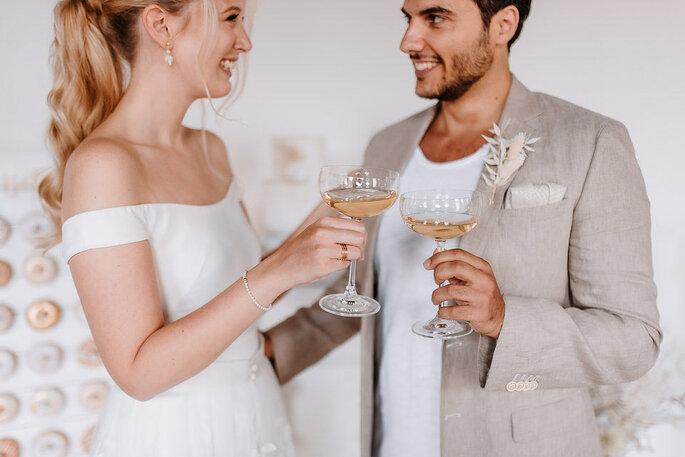 Hochzeitspaar stößt mit Champagner an