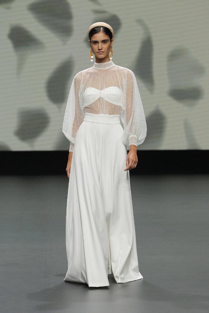 Colección Vestido de Novias 2021 Jesús Peiró look alternativo para novias con blusa de transparencia con mangas abombachadas y pantalones sueltos a la cintura