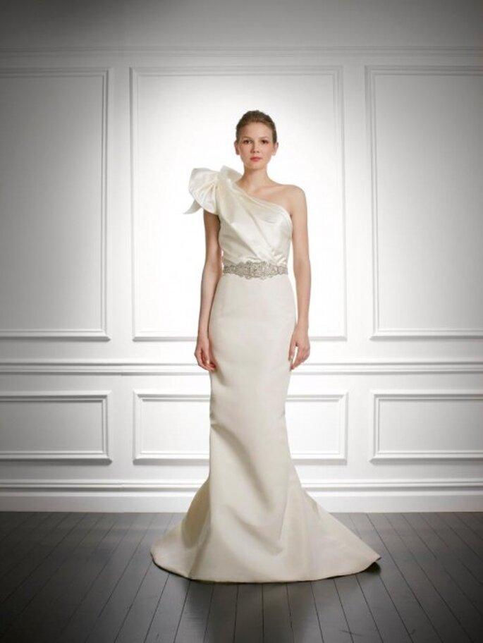 Vestido de novia otoño 2013 con tirante en un hombro, detalle de moño y apliqués de pedrería en la cintura - Foto Carolina Herrera