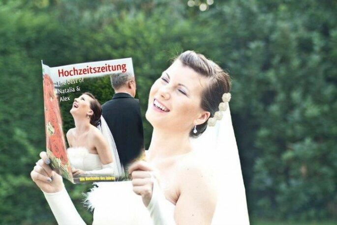 Die Hochzeitszeitung sorgt für ein Schmunzeln – Foto: Schobuk.com