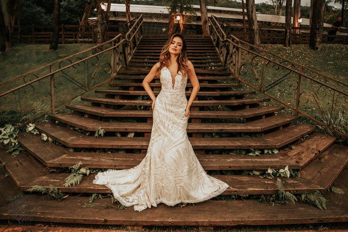 Modelo meio sereia na cor off white todo bordado na renda arabesco