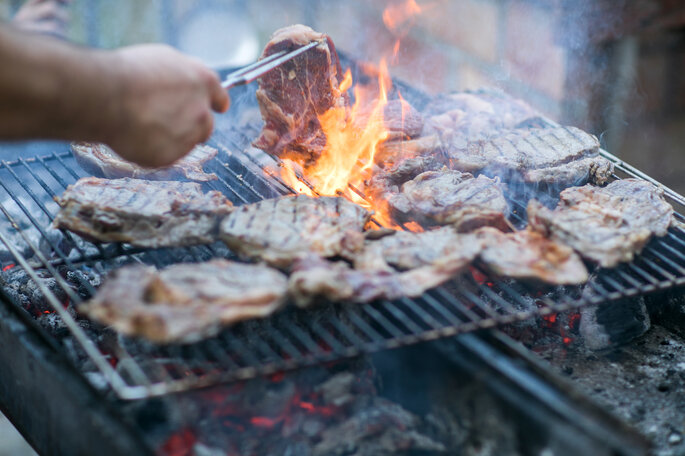 Grill mit Steaks.