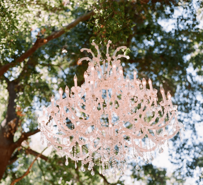 Decoración de boda con elegantes candelabros - Foto Elizabeth Messina