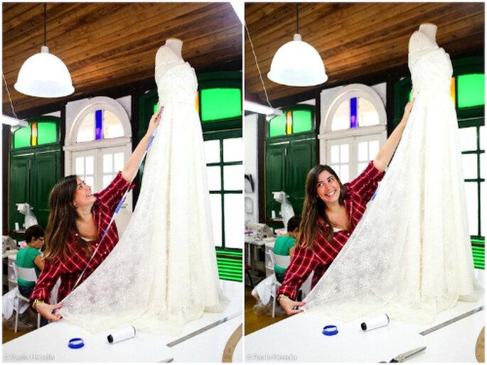 A estilista Carol Hungria em ação no seu atelier no Rio de Janeiro. Foto: Paulo Heredia