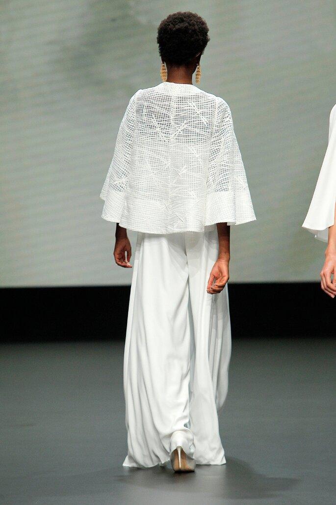 Colección Vestido de Novias 2021 Jesús Peiró detalle de capa decorada con bordado