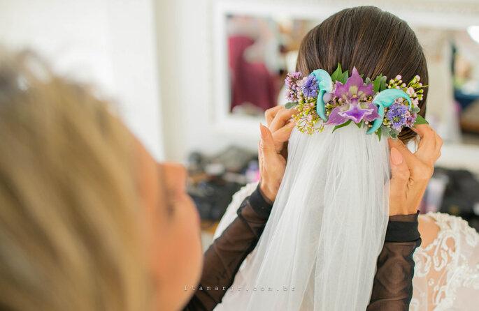 Acessório de cabelo da noiva: Grinalda de flores naturais - Renata Paraiso - Fotografia: Itamar de Assis Jr. Photography