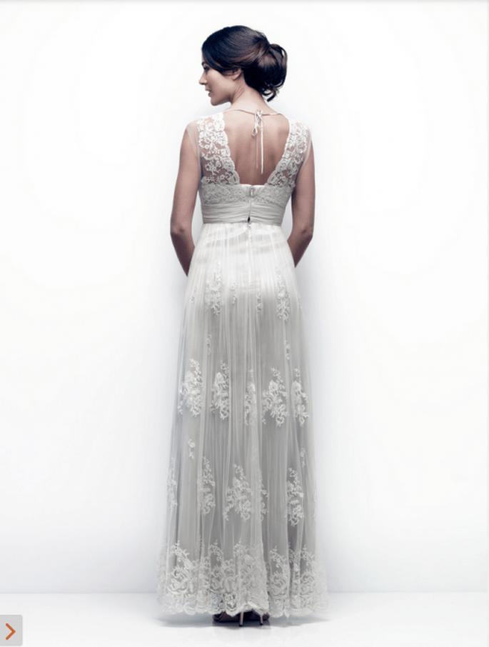 Vestido de novia con plisados en la cintura, escote discreto en la espalda y bordados en la falda - Foto Catherine Deane