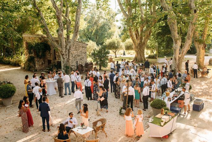 Les invités profitent du vin d'honneur dans un superbe parc