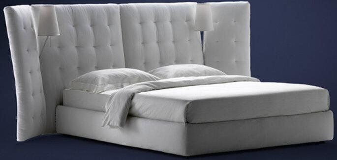 Angle, letto matrimoniale con paravento trapuntato capitonné disponibile in tessuto, pelle o Nabuk. Firmato Rodolfo Dordoni per Flou. Foto: Flou.it