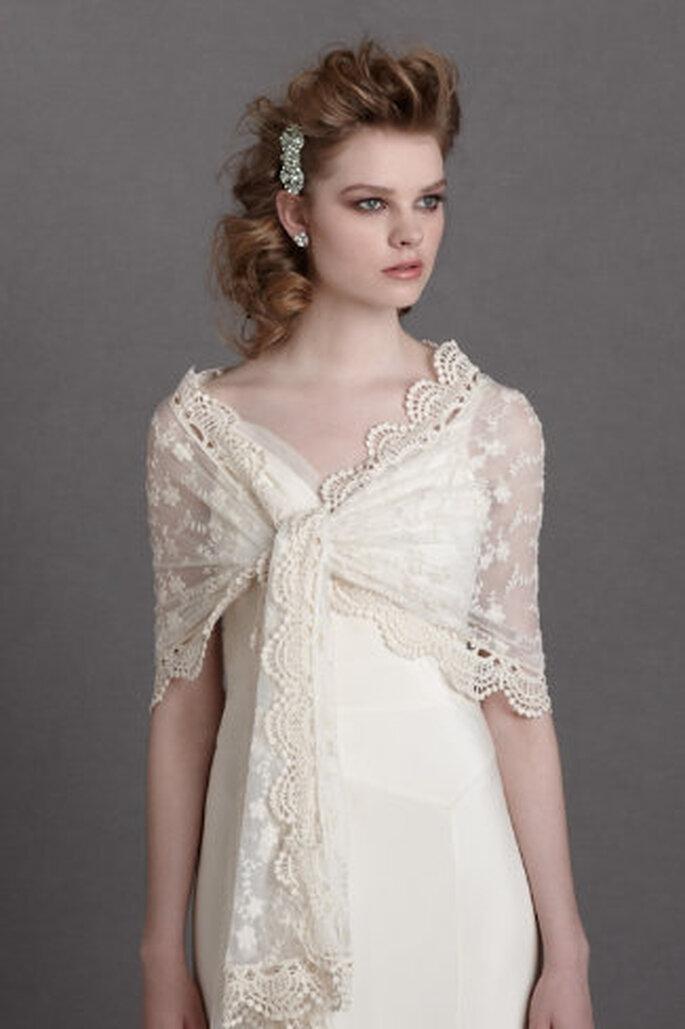 Passend für Vintage-Brautkleider: Tücher aus Spitze, die um die Schultern gewickelt werden – Foto: bhldn