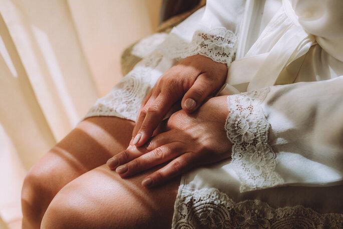 Grande plano das mãos da noiva