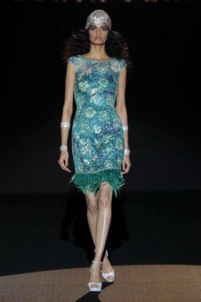 Vestido de fiesta corto en brocados brillantes con detalle de plumas en la falda de Sonia Peña Colección Primavera 2015