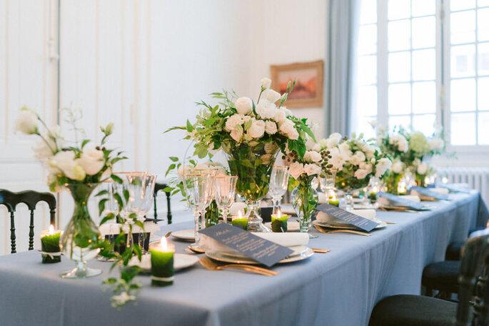 Table décorée pour le dîner de réception.