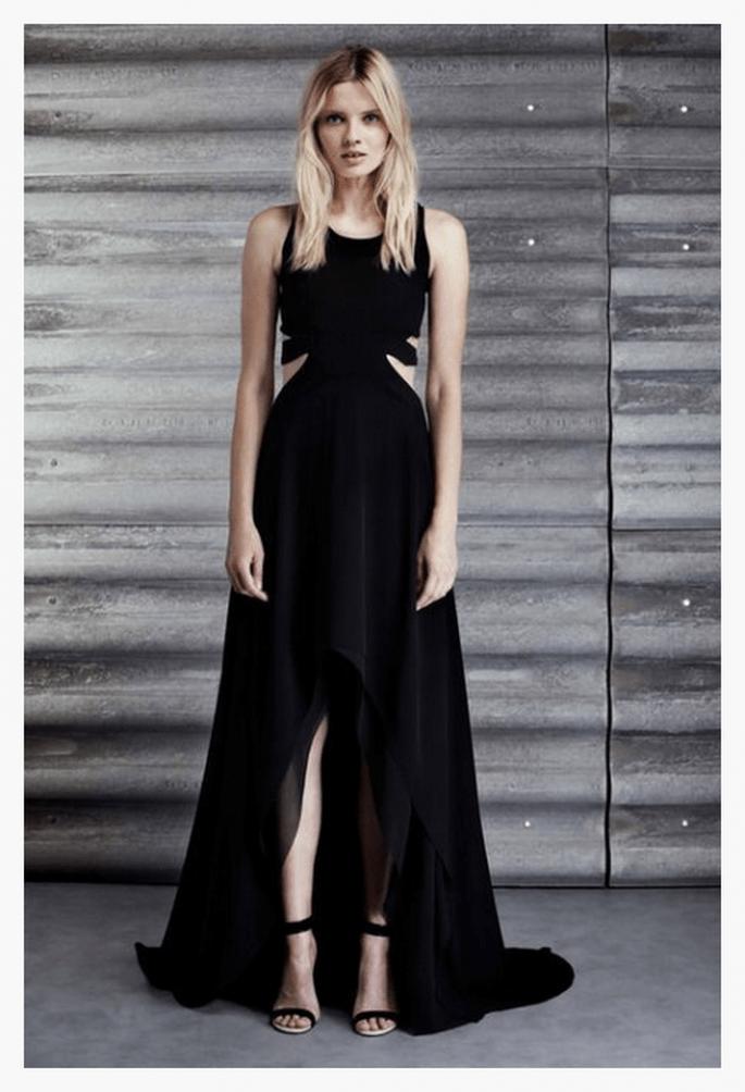 Vestido de fiesta en color negro con cut offs y abertura al frente - Foto Jay Ahr