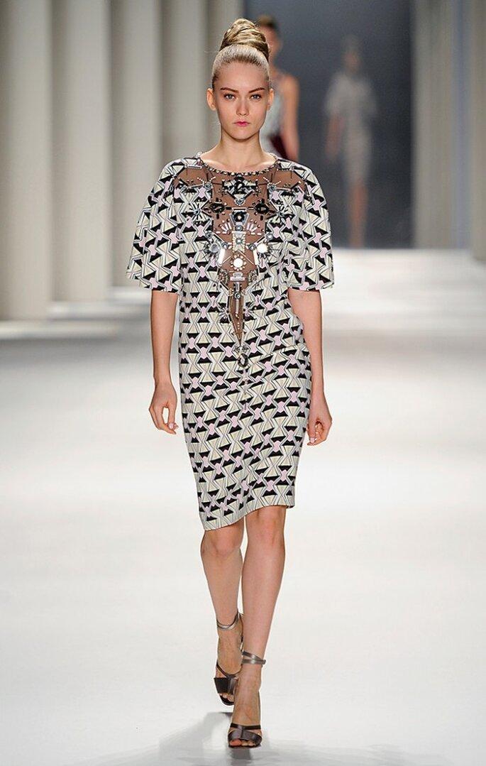 Vestido corto de seda estapada con relojes de arena y bordados. Foto: www.carolinaherrera.com