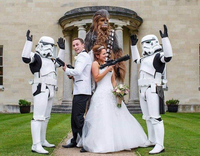 Mr and Mrs Conseil Event - Photographe de mariage - Loiret - Des mariés posent avec leurs invités sur le thème de Star Wars