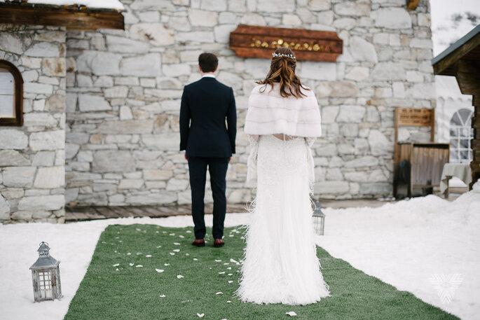 Photo de couple de mariés dans un décor enneigé