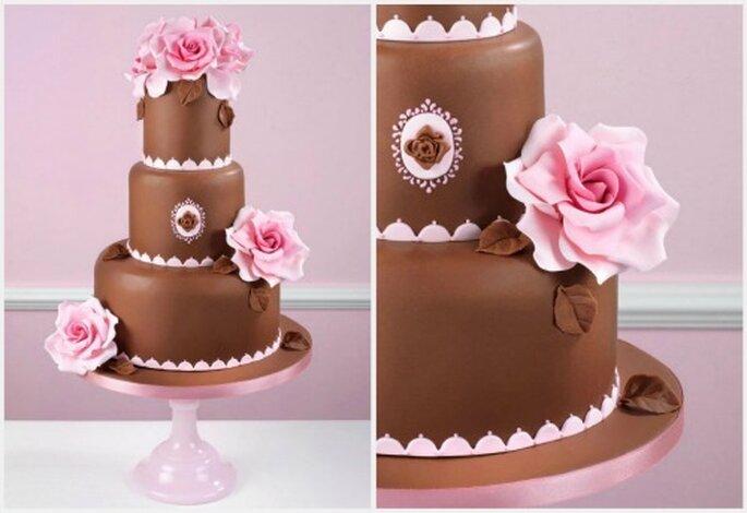 Ponqué de chocolate con flores en color rosa. Fotos: www.cakeshautecouture.com