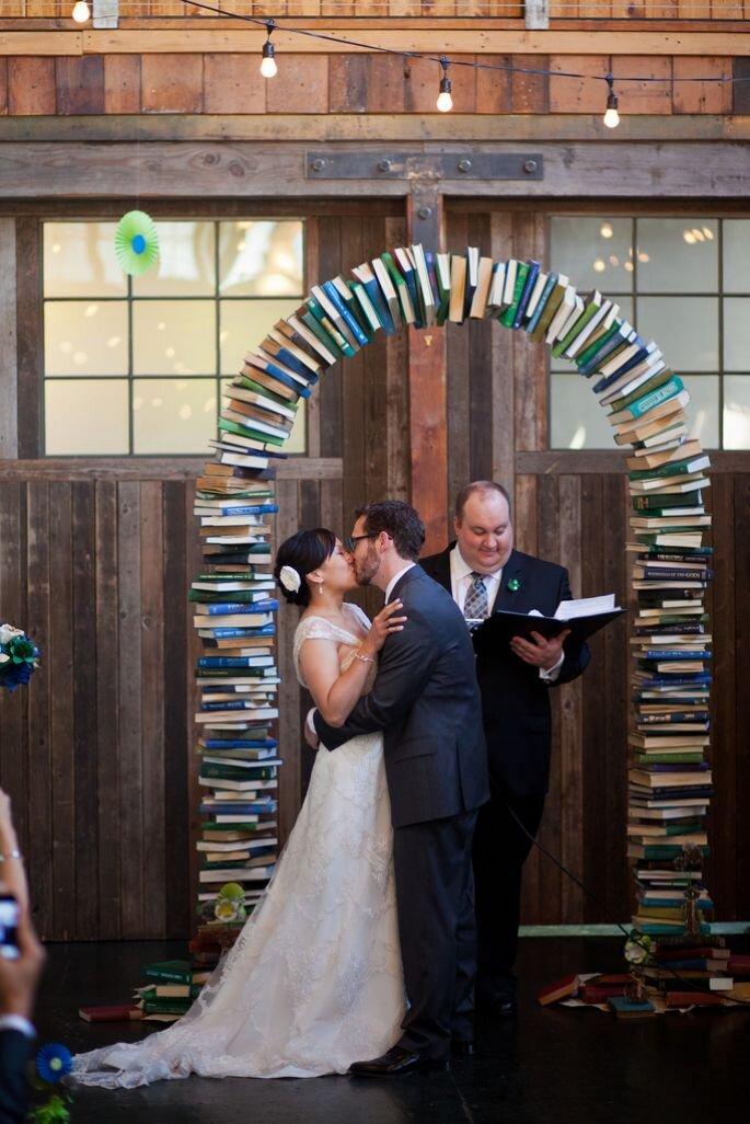Noivos com altar de livros