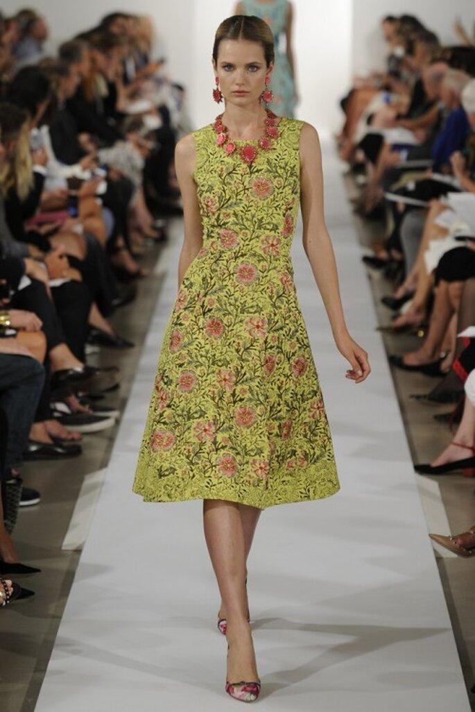Vestido de fiesta en color amarillo con estampado de flores multicolor - Foto Oscar de la Renta