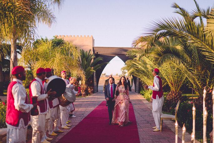 Les invités font leur entrée en musique à un mariage au Maroc