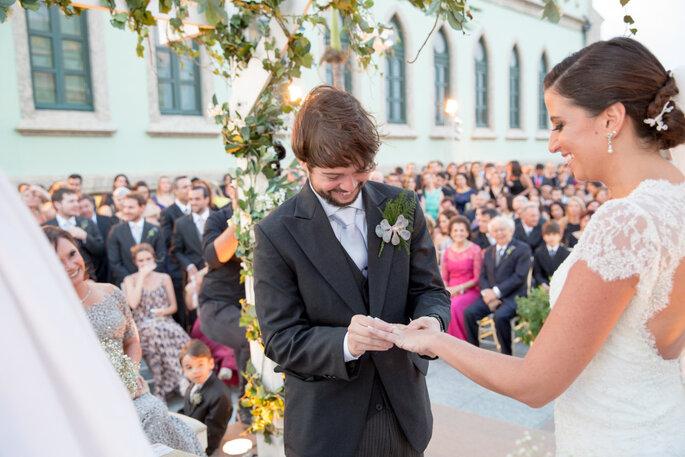 Noivo coloca aliança na noiva
