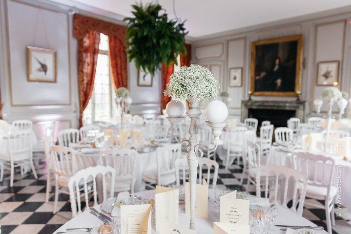 Château de Neuville - Salle de réception avec un dallage d'époque, et un mobilier blanc, l' idéal pour célébrer votre mariage