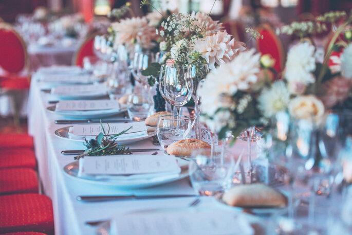 Une table joliment présentée pour le dîner de réception.