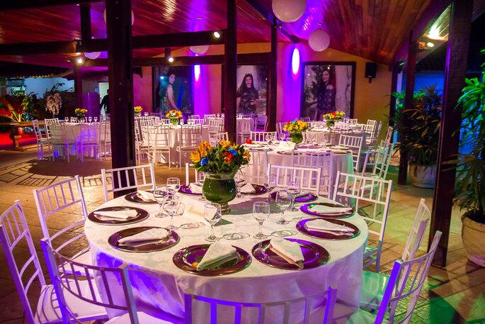 linda decoração de mesas com toalha branca