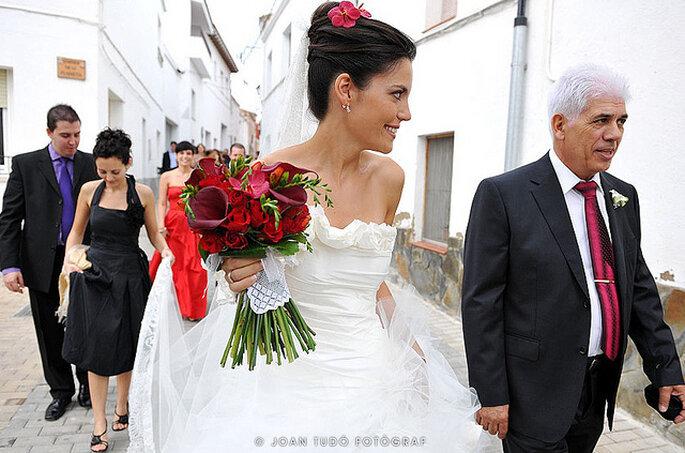 Novia con ramo y accesorios rojos. Foto: Joan Tudó Photographer - www.joantudofotograf.com