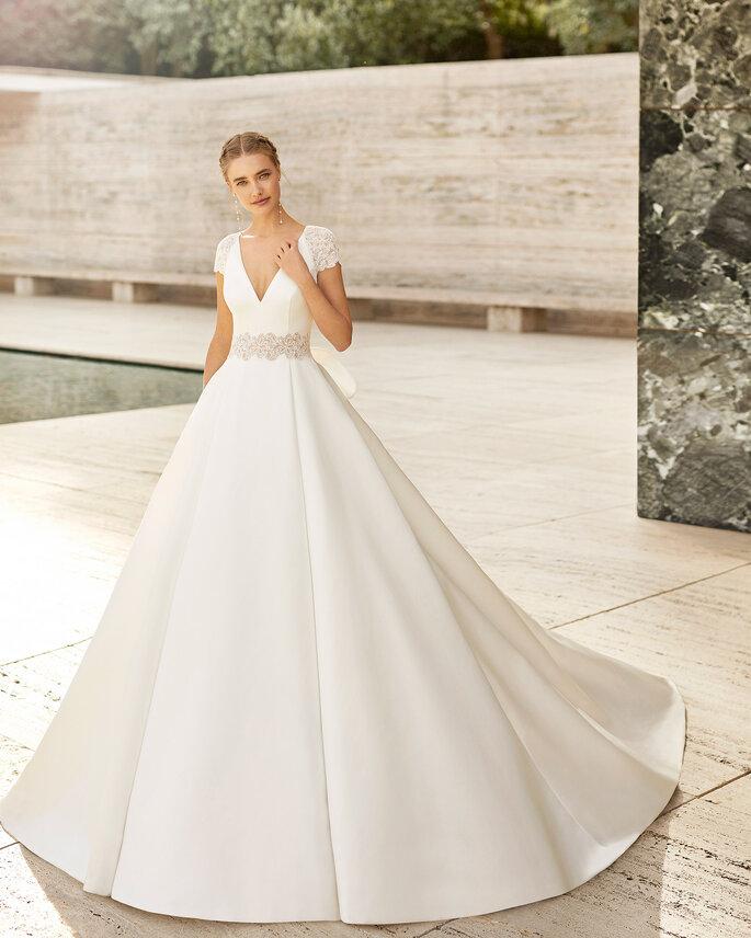 Vestido de novia corte de princesa de manga corta con escote en V y cinto de pedrería