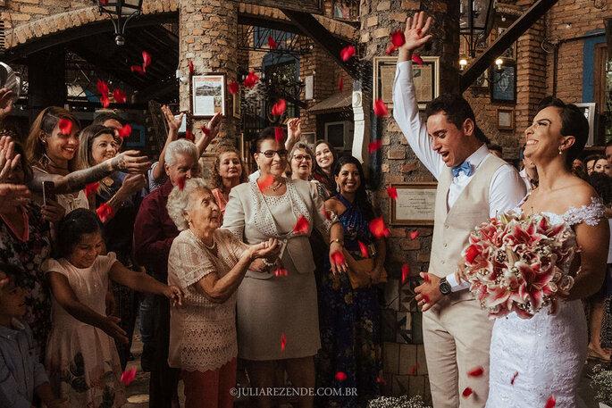 saía dos noivos em casamento com pétalas de rosas vermelhas